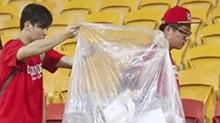【叽里呱啦体育派】中韩大战中国球迷捡垃圾 日韩网民点赞:输球赢人品