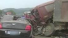 豪车变废铁 百万宾利撞上大货车被压碎