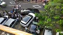 厦门:路虎车故意撞捷豹车 围观者有人叫好