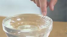 求真科学秀:回形针怎样才能飘在水面?