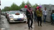 新人父母扮毛驴 拉保时捷跑车迎娶新娘