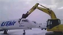 不满被解雇 机场员工用挖掘机砍断飞机头
