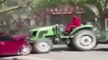 与家人发生矛盾 小伙开拖拉机撞车出气