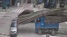拖拉机一个急刹车 满车毛竹射向轿车