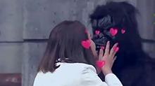 真人版美女与野兽 谢依霖出场献吻黑猩猩