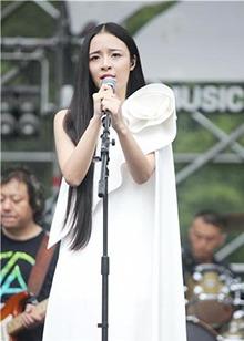 """《一年级毕业季》李莎旻子变身""""小仙女"""" 白衣飘飘也能唱摇滚"""