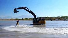 会玩!水上游乐场 挖掘机带你飞