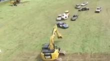 【高能时刻】开汽车踢足球挖掘机守门 这样的足球赛太牛了!