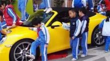 """深圳:""""熊孩子""""爬上保时捷 又踩又跳"""