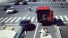浙江:卡车司机忘关车门 丢失七箱苹果手机