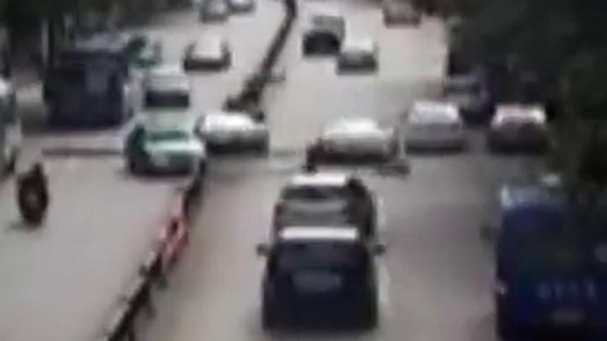 云南丽江:为避让流浪狗 两辆法拉利追尾损失惨重