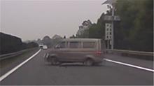 京港澳高速大荆段:面包车高速爆胎 装载百余块大理石板