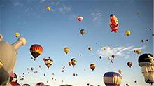 """圆梦""""飞屋环游""""! 美国国际热气球节欢乐上演"""