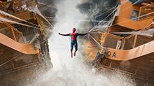 《蜘蛛侠:英雄归来》片段:蜘蛛侠挽救游轮 幸得<B>钢铁侠</B>出手相助