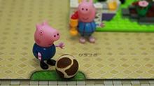 【<B>小猪</B><B>佩奇</B>玩具秀】几个乔治一起踢足球
