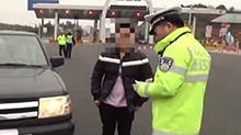 一男子使用伪造驾驶证驾车被拘留