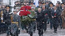 """俄罗斯庆祝""""祖国保卫者日"""":普京向无名烈士墓敬献花圈"""