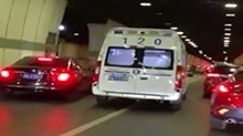 微观天下:下班<B>高峰</B>救护车被堵 司机集体让行