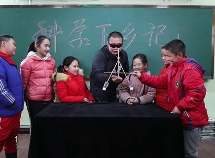 筷子放手指上能立起来吗?
