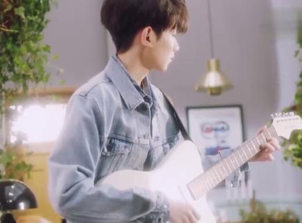 王源广告片弹吉他拍摄花絮