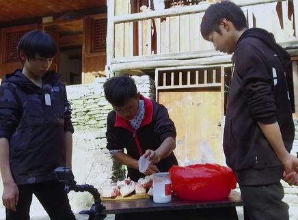 11期:少年团帮留守儿童做食物