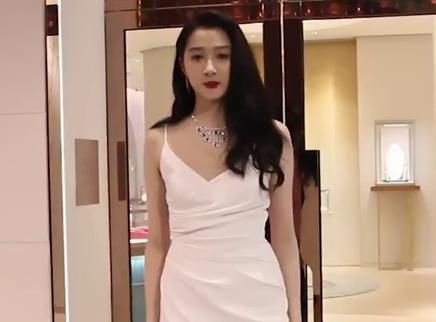 关晓彤现身北京品牌活动