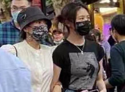 章子怡与女儿小苹果挽手逛街