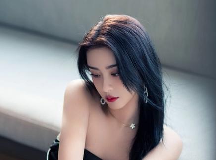 赵小棠晒精修图自侃