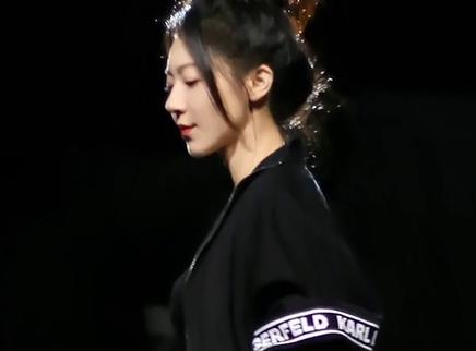龚俊为黄梦莹话剧首演打call